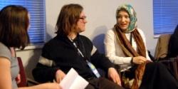 Kübra Gümüsay (r.) bei einer Podiumsdiskussion auf der Internetkonferenz re:publica 2011